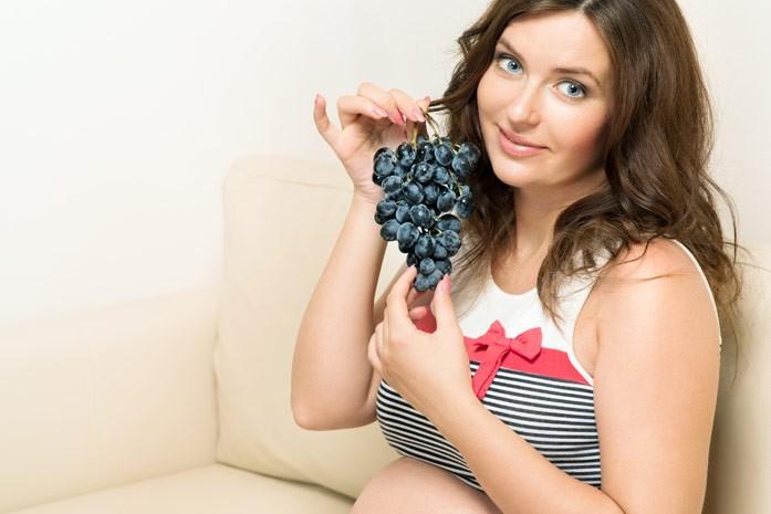 беременная с виноградом