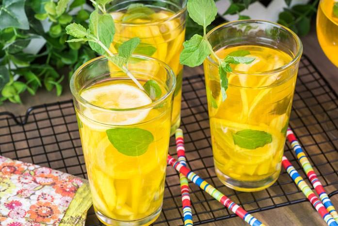 холодный чай с имбирем, лимоном, мятой и куркумой