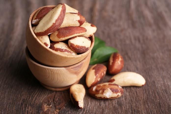 бразильские орехи в миске