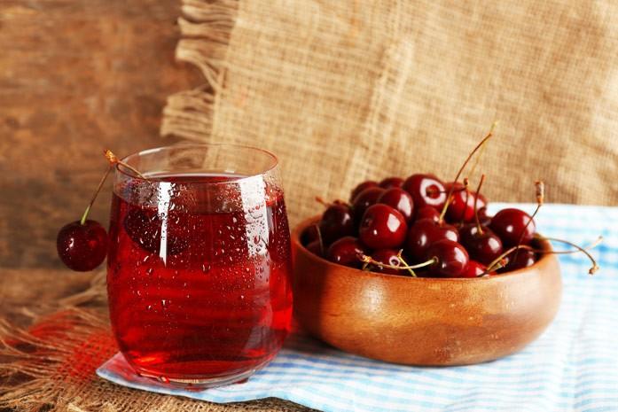 вишневый сок в бокале
