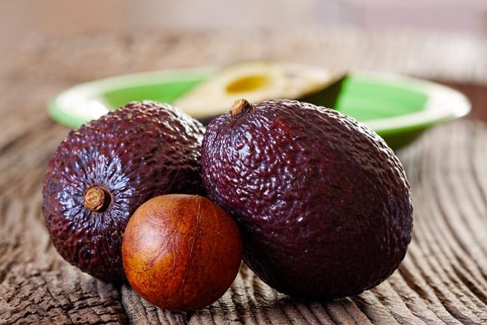 спелые авокадо и косточка