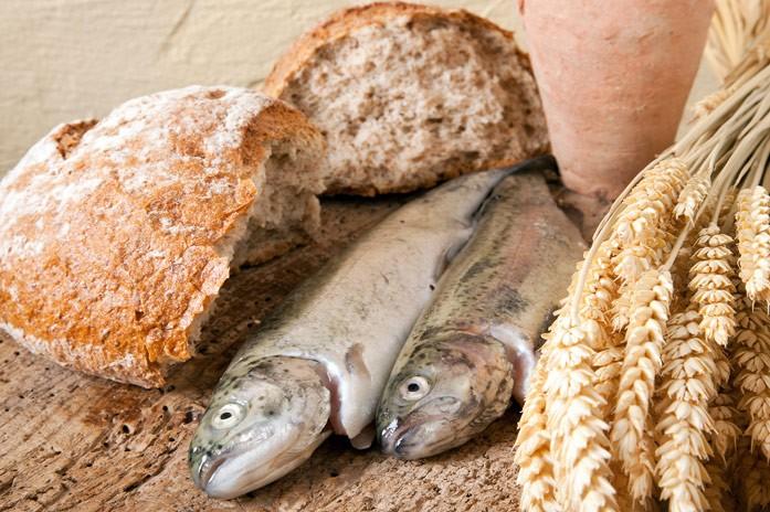 свежая навага с хлебом