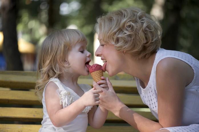 лакомство ребенка и мамы
