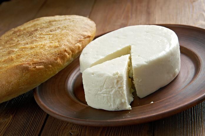 головка свежего адыгейского сыра