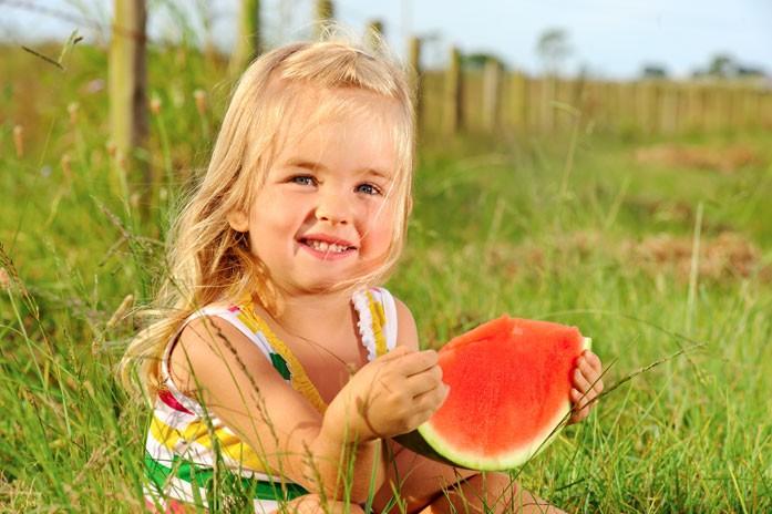 девочка уплетает арбуз