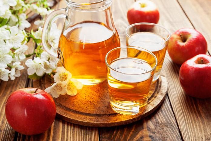 осветлённый яблочный сок в кувшине